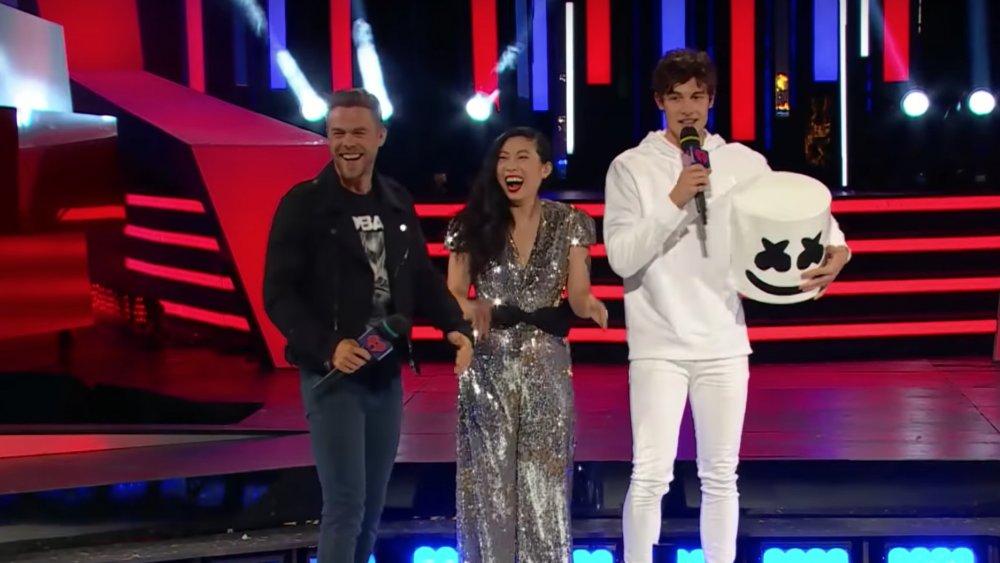 Shawn Mendes portait le casque de Marshmello aux MMVA