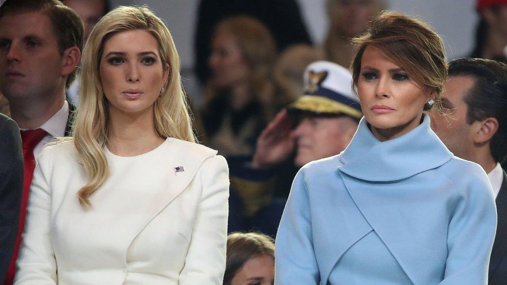 La première dame Melania Trump (R), se tient avec Ivanka Trump comme un défilé passe le stand d'examen parade inaugurale devant la Maison Blanche le 20 janvier 2017