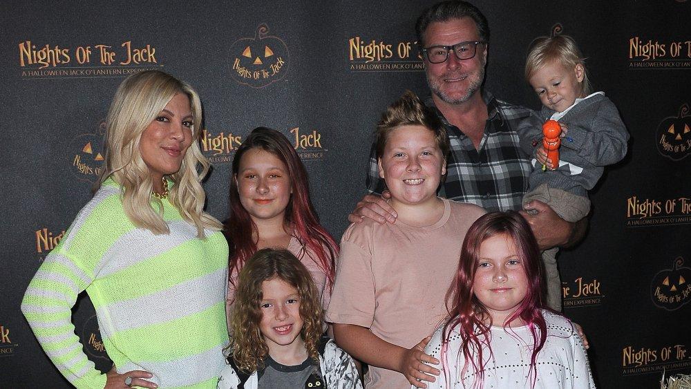 Tori Spelling, Dean McDemott et leurs enfants arrivent pour la soirée de prévisualisation VIP Nights Of The Jack Friends & Family tenue au King Gillette Ranch