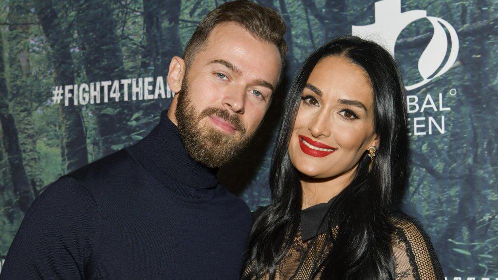 Artem Chigvintsev et Nikki Bella posant à l'événement FIGHT4THEAMAZON