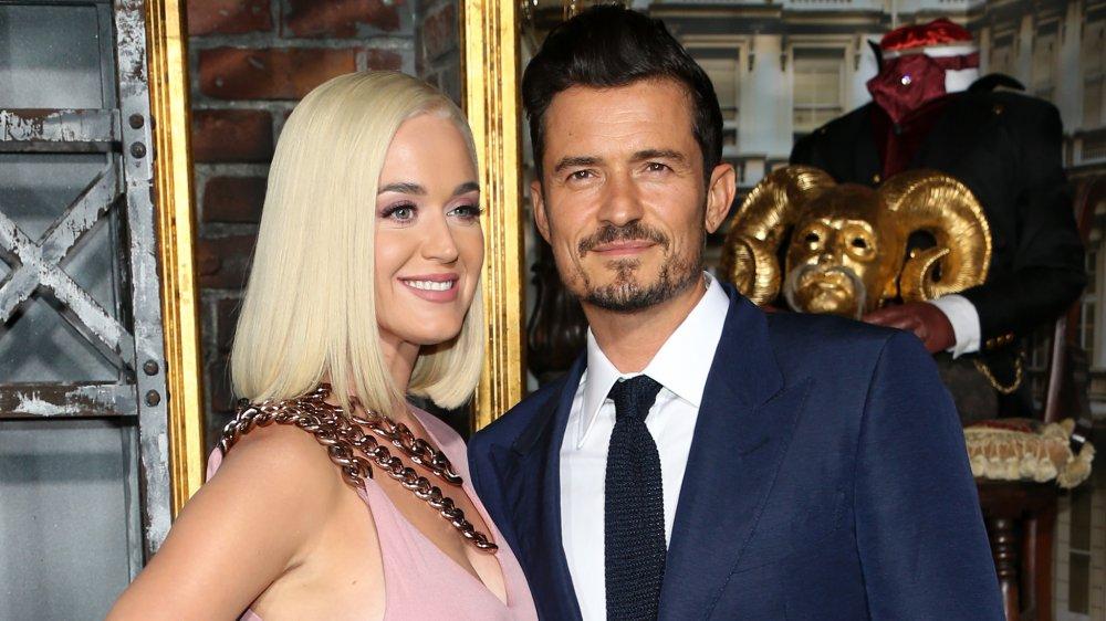 Katy Perry et Orlando Bloom posant à la première de Carnival Row