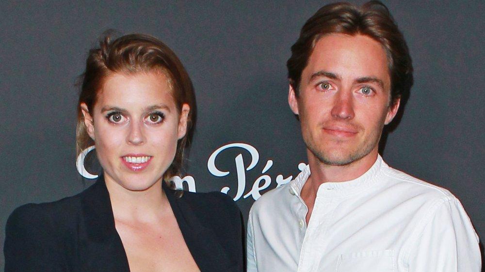 La princesse Beatrice et Edoardo Mapelli Mozzi posant lors d'un événement