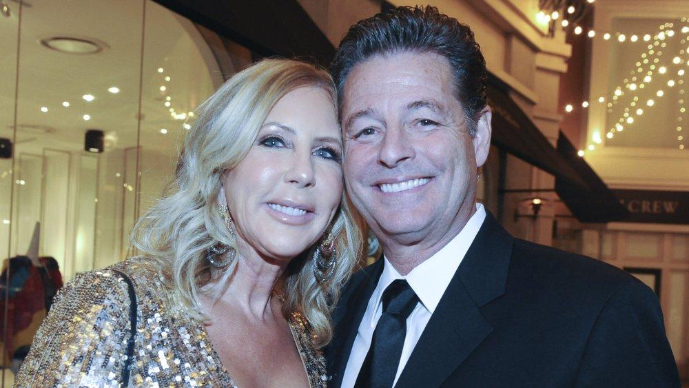 Vicki Gunvalson et Steve Lodge s'embrassent lors du lancement de Volante Skincare