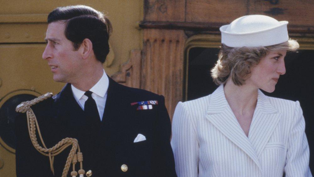 Le Prince Charles, la princesse Diana regardant dans des directions opposées