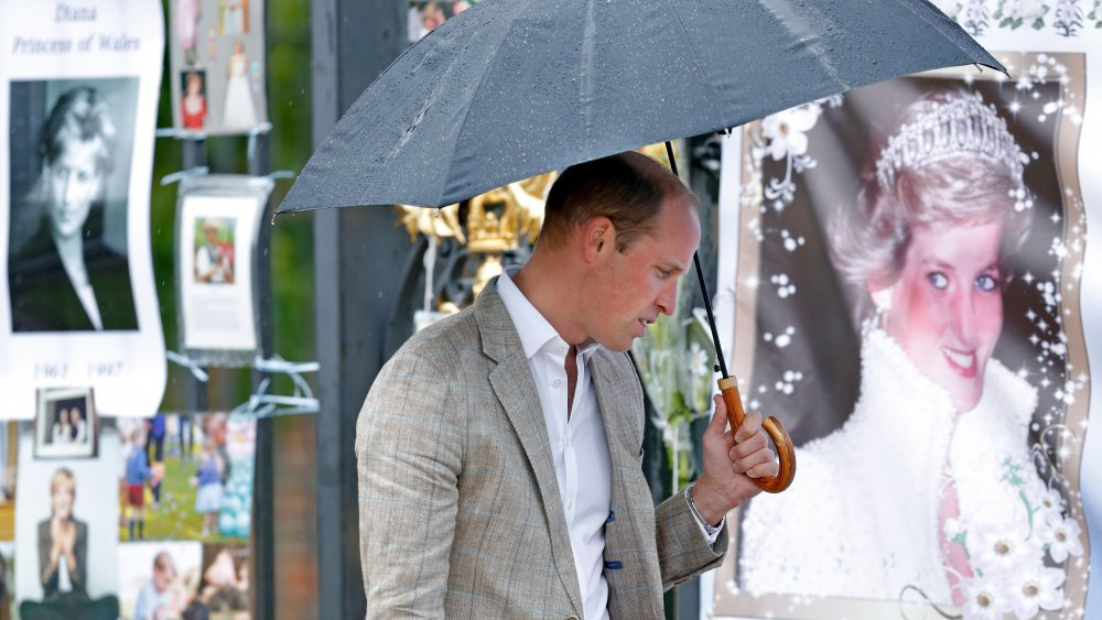 Le prince William visitant un sanctuaire de la princesse Diana