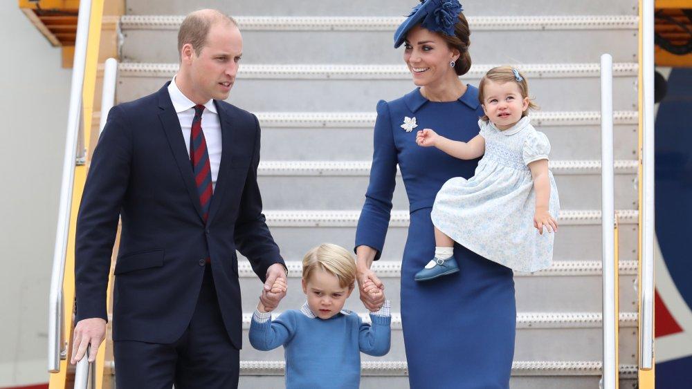 Le prince William, le prince George, Kate Middleton, la princesse Charlotte descendant d'un avion