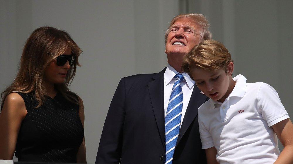 Trump regarde directement dans l'éclipse solaire avec Melania et Barron