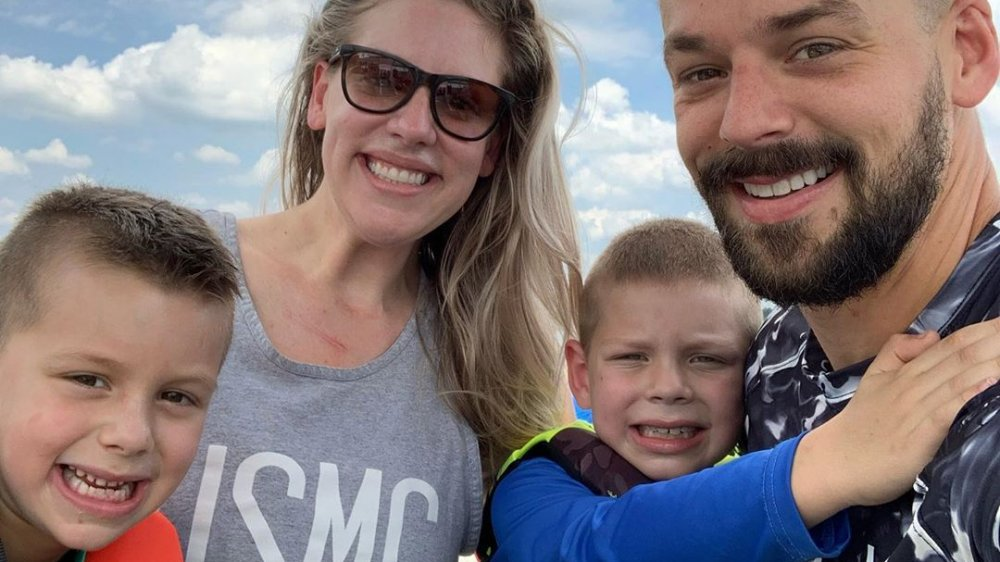 Briana Culberson posant pour un selfie Instagram avec son mari et ses deux fils
