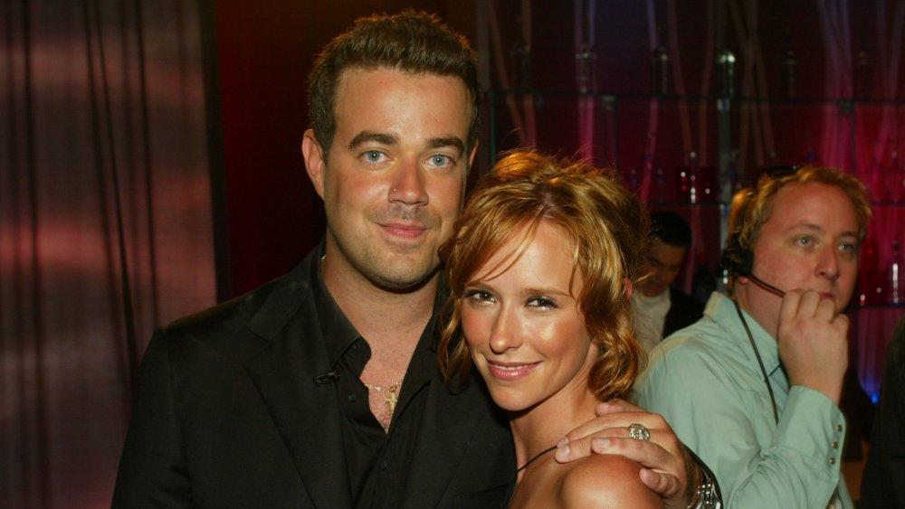 Carson Daly avec bras autour de Jennifer Love Hewitt