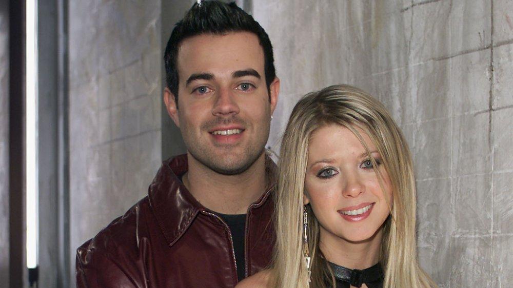 Carson Daly et Tara Reid souriant à la caméra