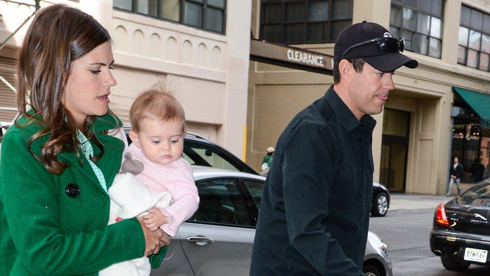 Siri Pinter portant bébé et Carson Daly marchant