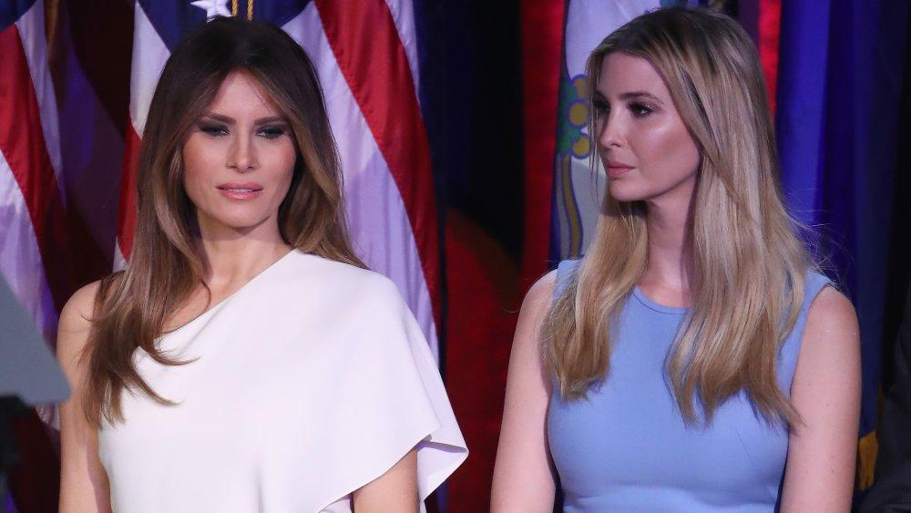 Melania Trump et Ivanka Trump se tiennent sur scène lors de la soirée électorale du président élu républicain Donald Trump au New York Hilton Midtown
