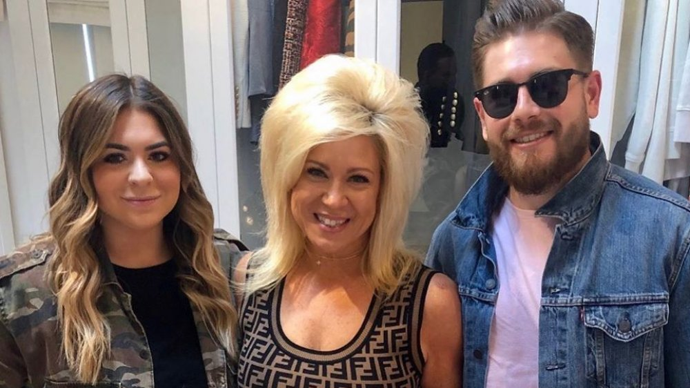 Victoria Caputo, Theresa Caputo et Larry Caputo, Jr. posent pour une photo Instagram