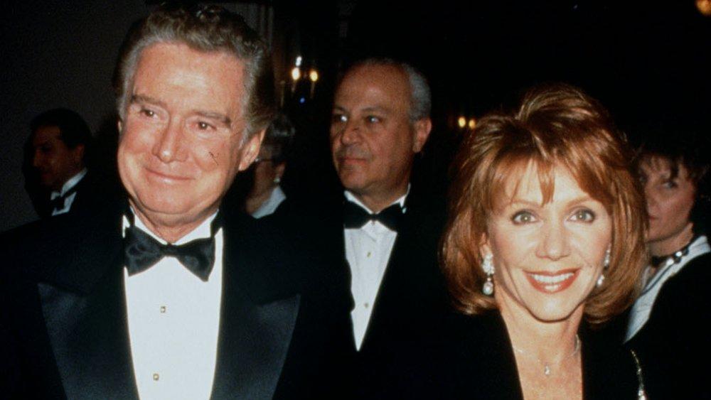 Regis Philbin et Joy Philbin en noir, souriant à un événement en cravate noire
