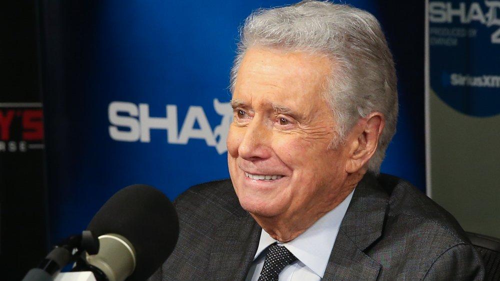 Regis Philbin souriant lors d'un entretien assis