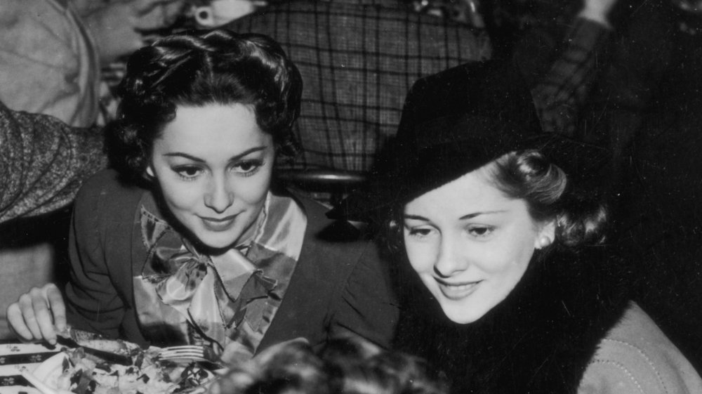 Photo en noir et blanc d'Olivia de Havilland et de sa sœur Joan Fontaine