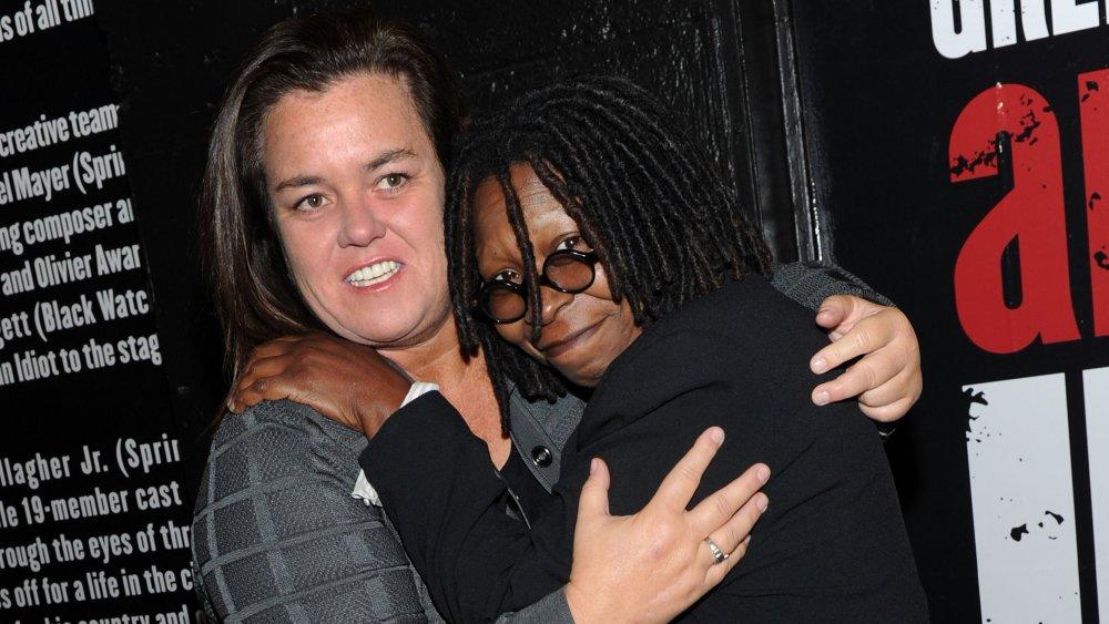 Rosie O'Donnell et Whoopi Goldberg s'embrassant à l'ouverture d'American Idiot à Broadway