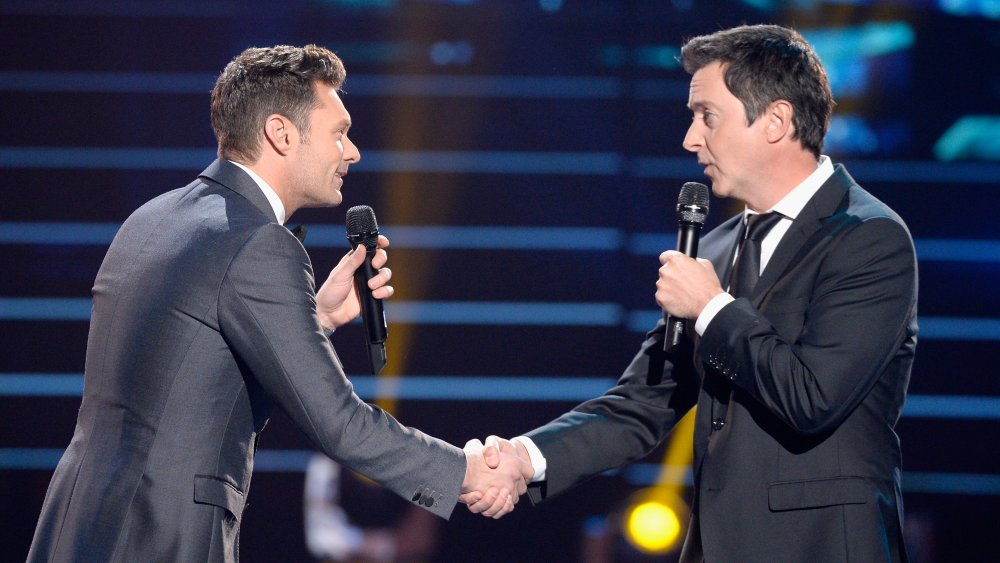 Ryan Seacrest, Brian Dunkleman se serrant la main lors de la finale de la saison d'adieu d'American Idol