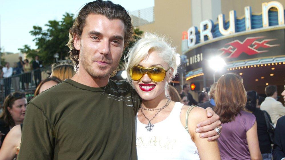 Gavin Rossdale et Gwen Stefani, tous deux habillés avec désinvolture, assistant à la première du film l'année de leur mariage