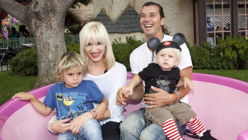 Gwen Stefani et Gavin Rossdale, souriant à l'extérieur avec leurs enfants