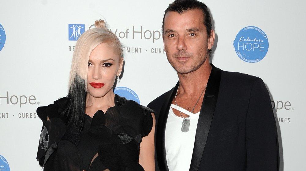 Gwen Stefani et Gavin Rossdale posant ensemble avec des expressions neutres, tous deux vêtus de tenues noires