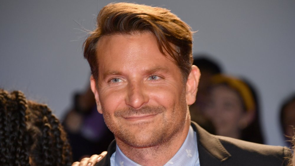 Bradley Cooper sourit en dehors de la caméra