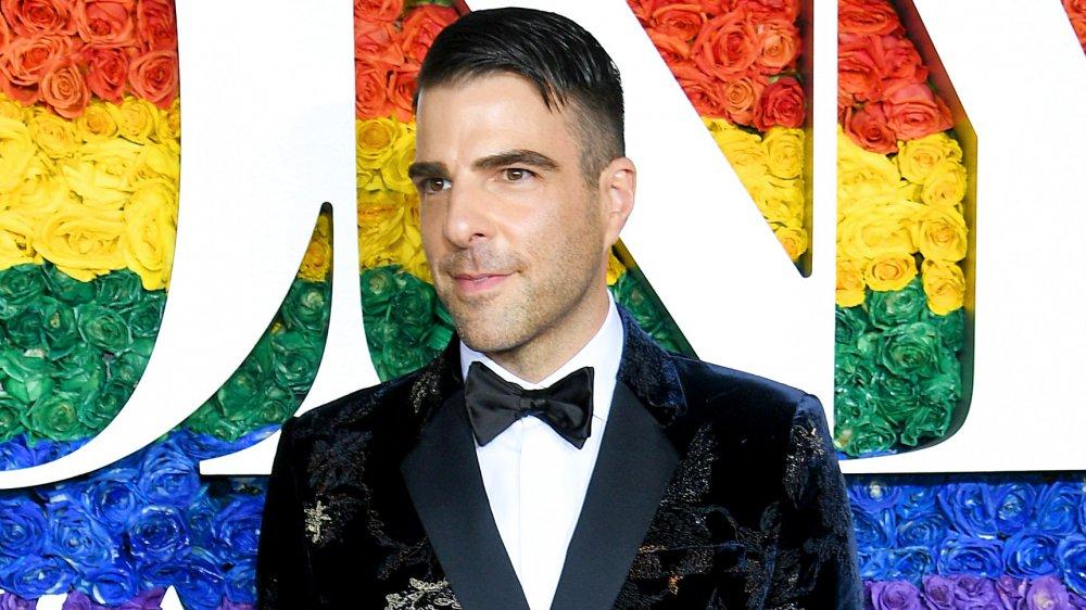 Zachary Quinto dans un costume et une cravate en velours