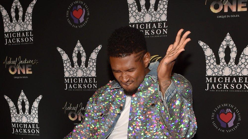Usher dans une veste à paillettes, posant