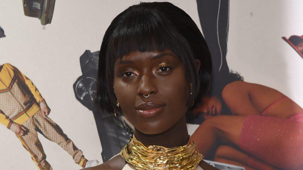 Jodie Turner-Smith avec un anneau de nez et un gros collier en or