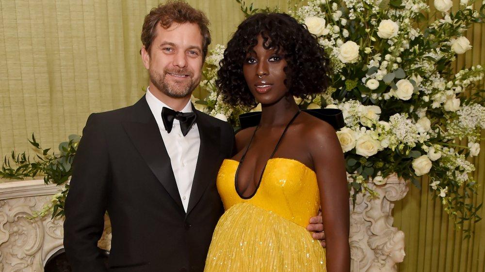 Joshua Jackson en costume et Jodie Turner-Smith en robe jaune