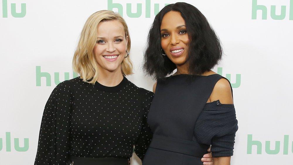 Reese Witherspoon et Kerry Washington bras dessus bras dessous sur tapis rouge