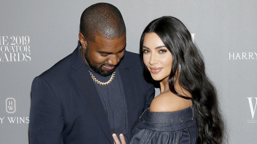 Kanye West regarde Kim Kardashian West, tous deux souriant au WSJ. Prix de l'innovation du magazine 2019