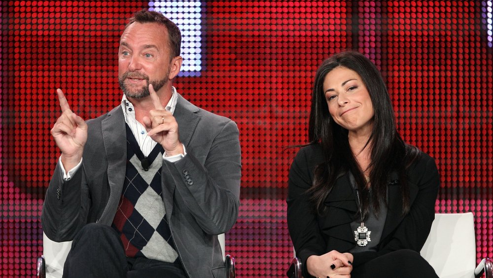 Clinton Kelly et Stacy London assis ensemble pendant une interview