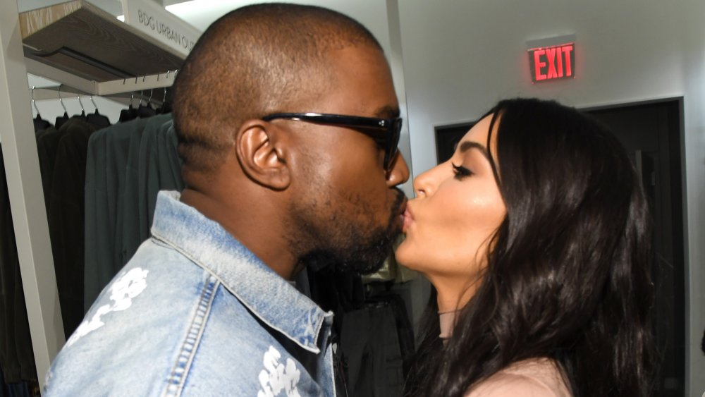 Kanye West et Kim Kardashian West s'embrassent