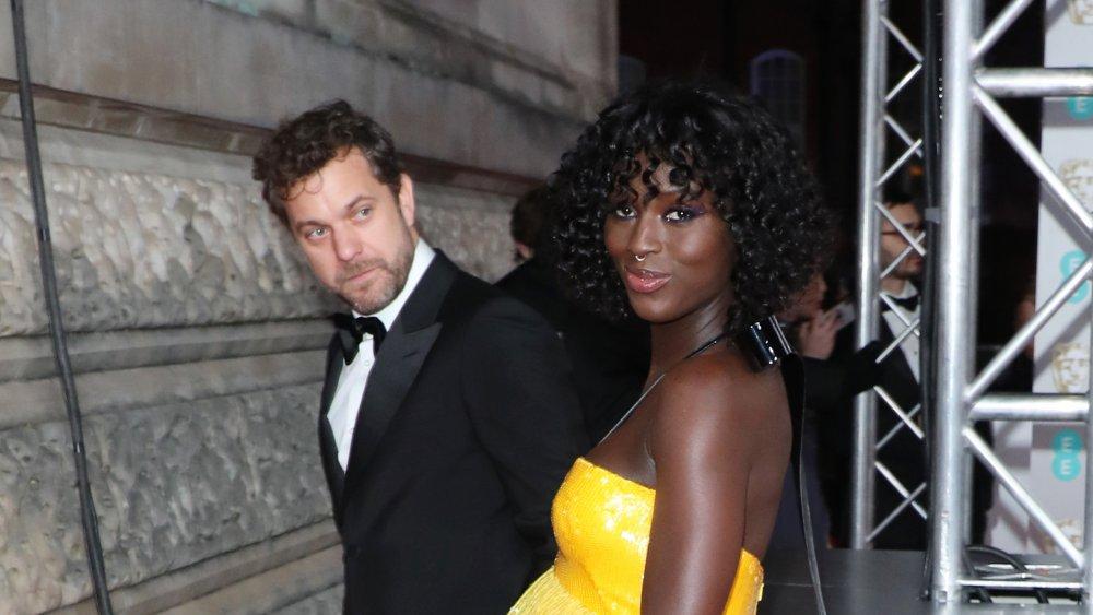 Joshua Jackson en costume avec Jodie Turner-Smith en robe jaune