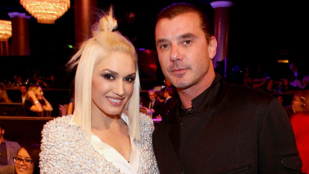 Une Gwen Stefani souriante et un Gavin Rossdale au look sérieux posant lors d'un événement un an avant leur divorce