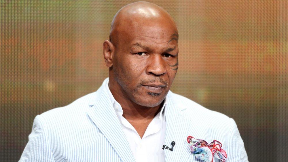 Mike Tyson dans un blazer rayé blanc et bleu