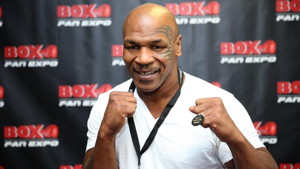 Mike Tyson avec les poings levés, posant