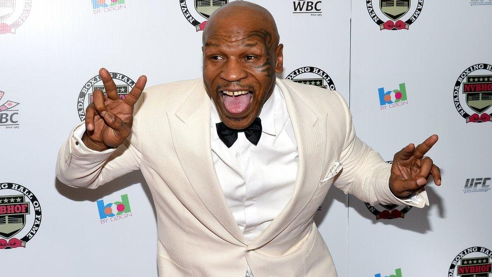 Mike Tyson vomit des signes de paix avec la langue