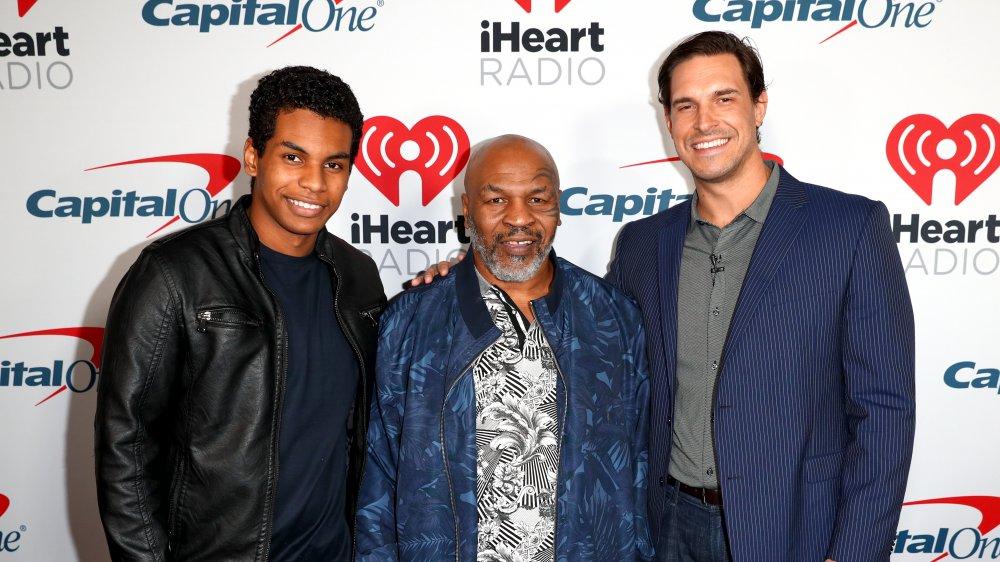 Miguel Leon Tyson, Mike Tyson et Eben Britton posant ensemble lors d'un événement sur le tapis rouge