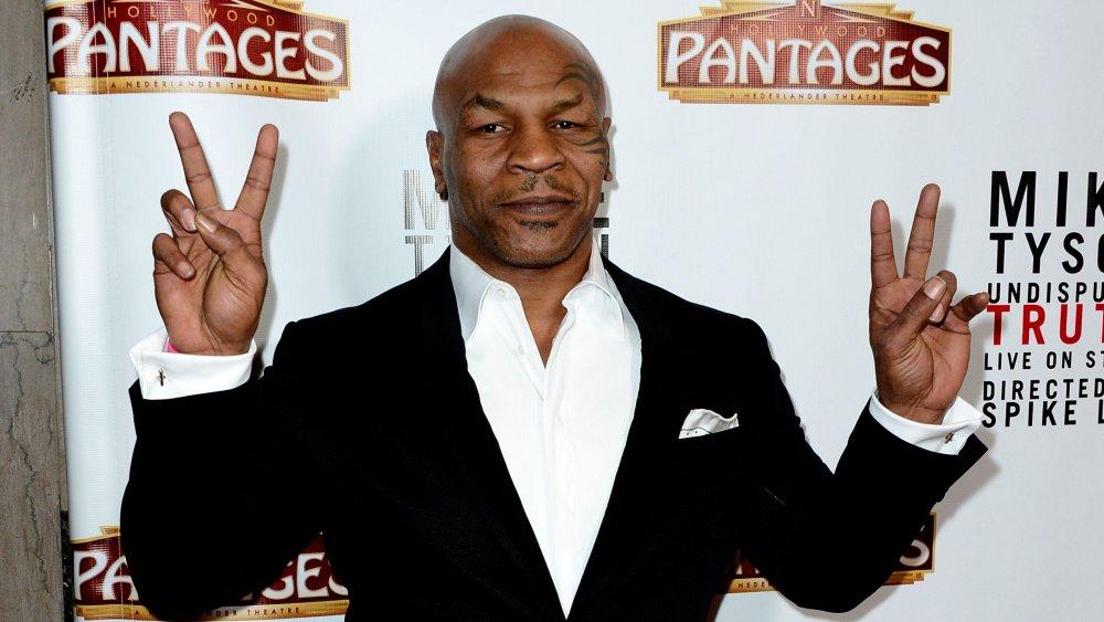 Mike Tyson lançant des signes de paix