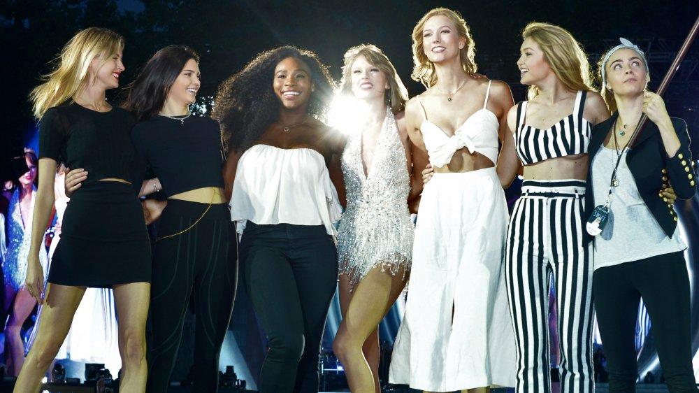 Martha Hunt, Kendall Jenner, Serena Williams, Taylor Swift, Karlie Kloss, Gigi Hadid, Cara Delevingne sur scène lors d'une tournée 1989 en 2015