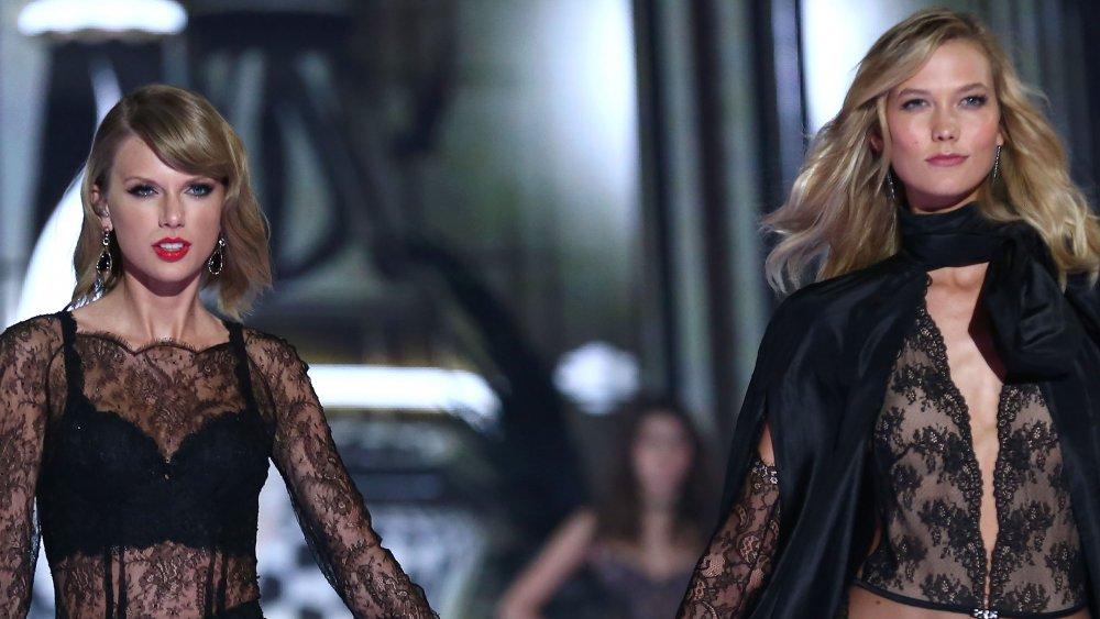 Taylor Swift et Karlie Kloss marchant ensemble au défilé Victoria's Secret 2014