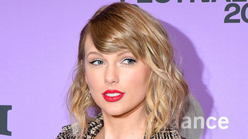 Taylor Swift regarde sur le côté avec une expression neutre