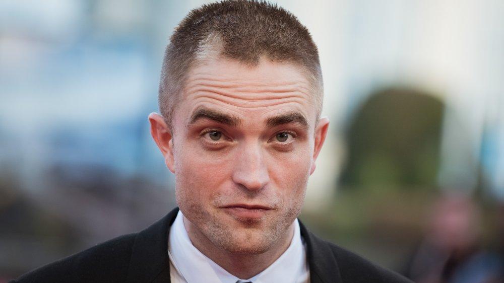 Robert Pattinson avec une tête rasée et une tache légère dans les cheveux