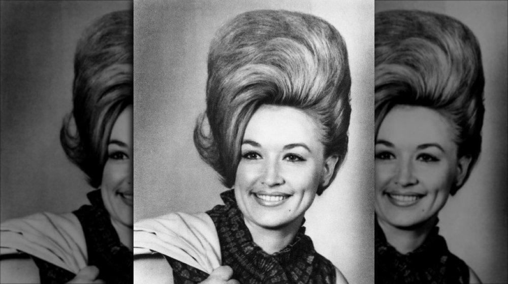 Photo en noir et blanc de Dolly Parton à 19 ans