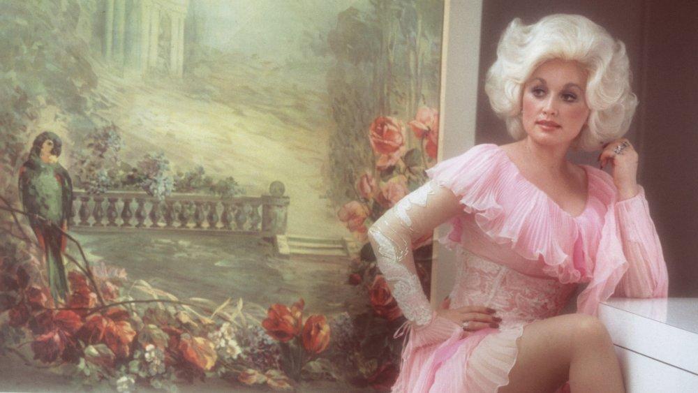 Dolly Parton dans une robe en dentelle blanche et rose en 1978 à 32 ans