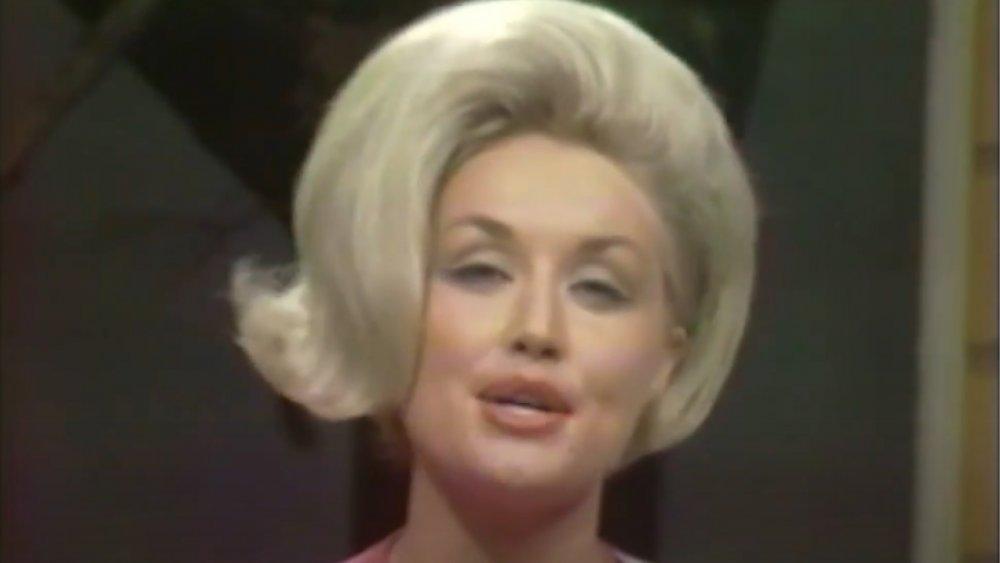 Dolly Parton se produisant sur le Porter Wagoner Show en 1967 à 21 ans