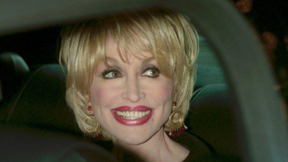 Dolly Parton souriant dans une voiture en 2000 à 54 ans