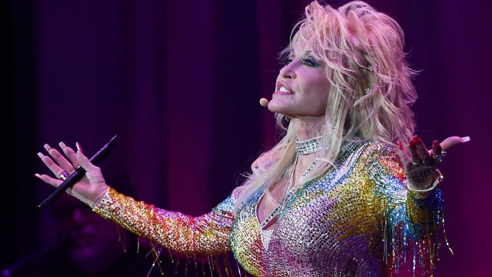 Dolly Parton chante dans une robe scintillante aux couleurs arc-en-ciel en 2015 à 69 ans